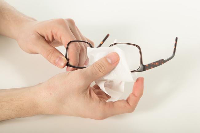 紙でメガネを拭く