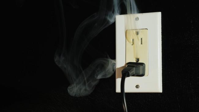 コンセントから煙
