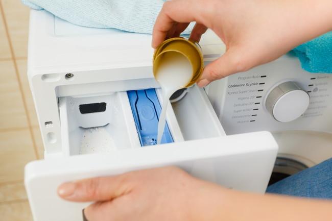 洗濯機に洗剤を投入