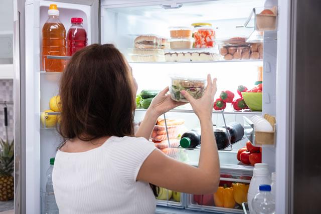 冷蔵保存する女性