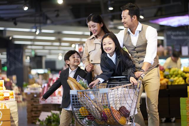 スーパーで買い物する家族連れ