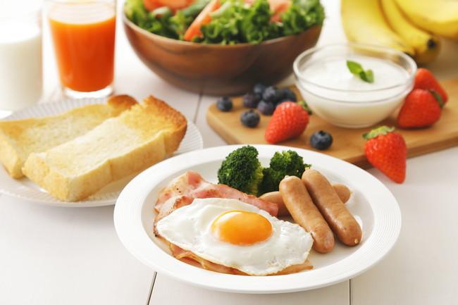 目玉焼きとウインナーの朝食