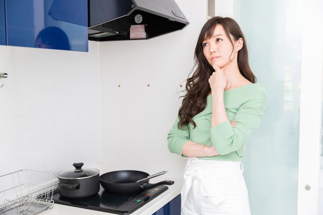 台所で困っている女性