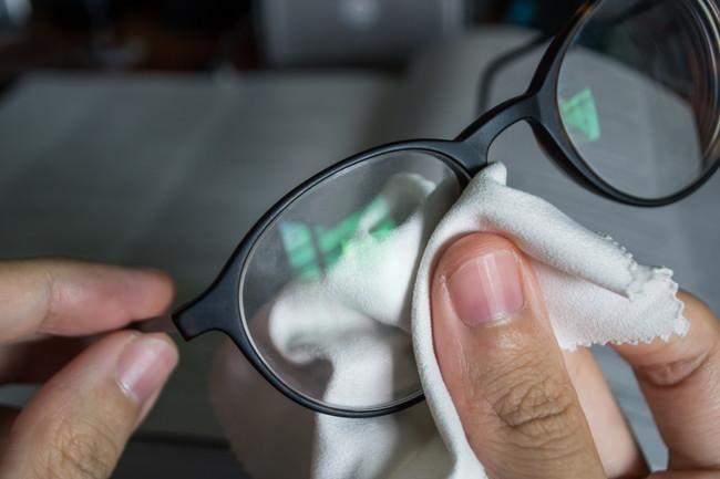 メガネ拭きでメガネを拭く