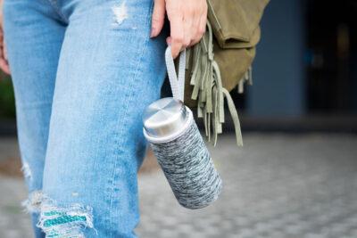 水筒を持ち歩く女性