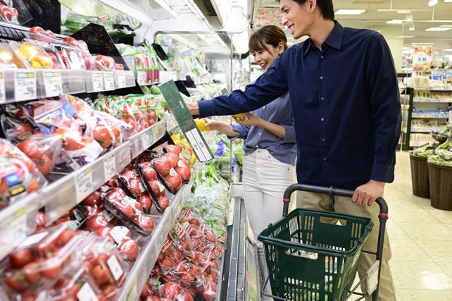 スーパーで買い物する夫婦