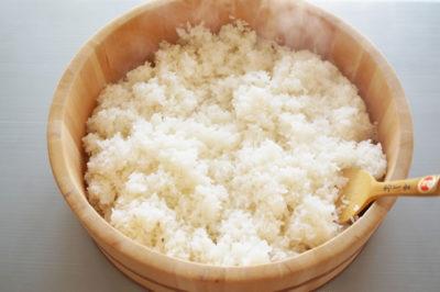 寿司桶の中の酢飯