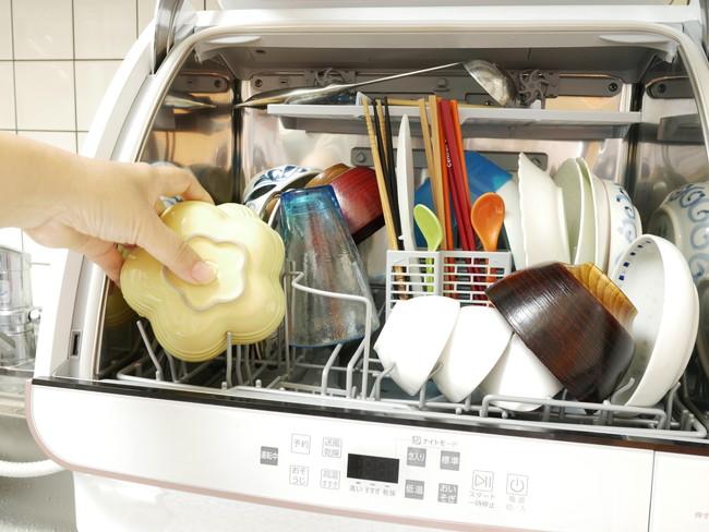 食洗器に食器を入れる様子