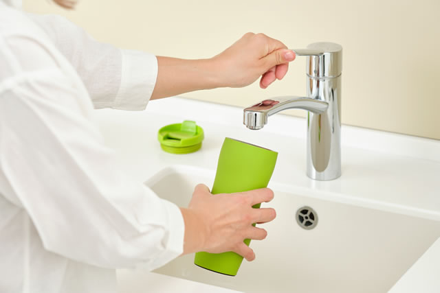 水筒を洗う