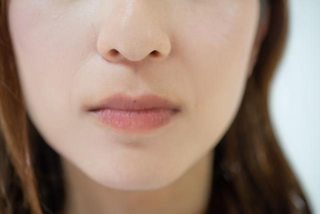唇が荒れた女性
