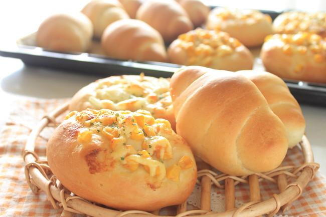 2種類の焼きたての手作りパン