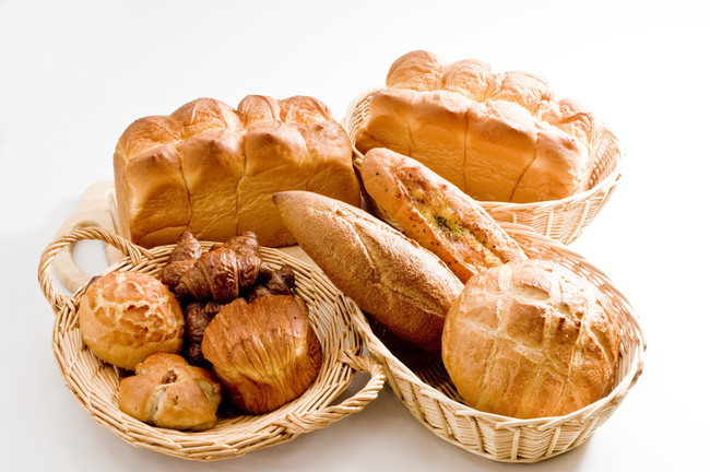 カゴに入った複数のパン