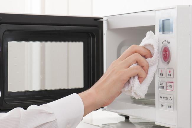 電子レンジを布巾でキレイに拭いているところ