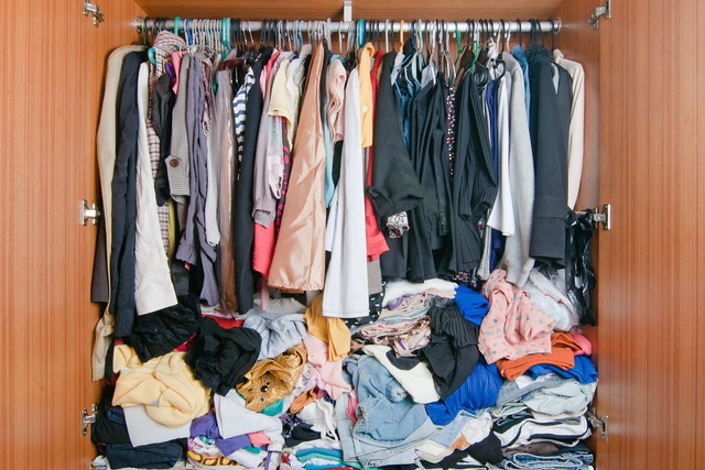 衣類が詰め込まれたクローゼット