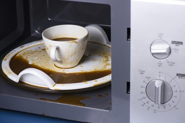 コーヒーが吹きこぼれた電子レンジの庫内