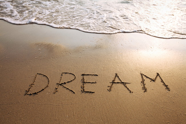 砂浜に書かれた「DREAM」の文字