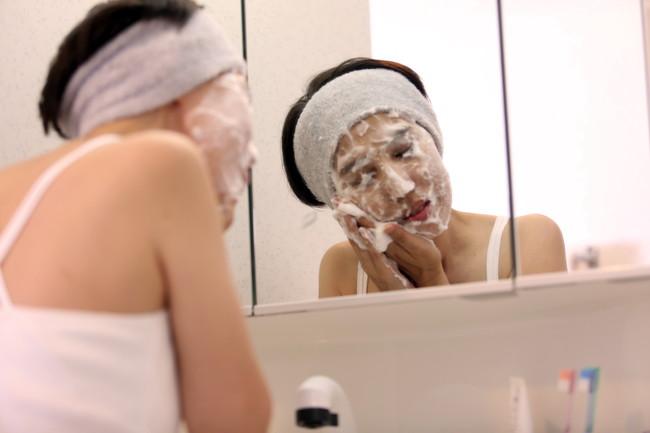 念入りに洗顔している様子の女性