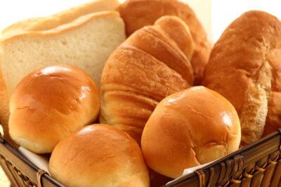 ロールパン・クロワッサン・食パンなどカゴに入った複数のパン