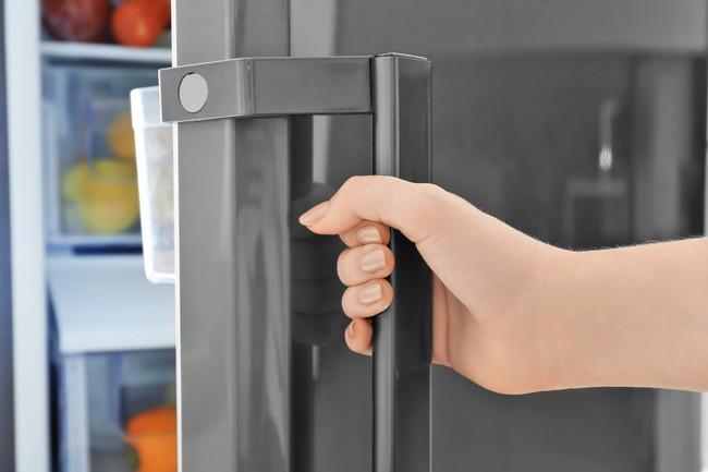 冷蔵庫を開けようとしているところ