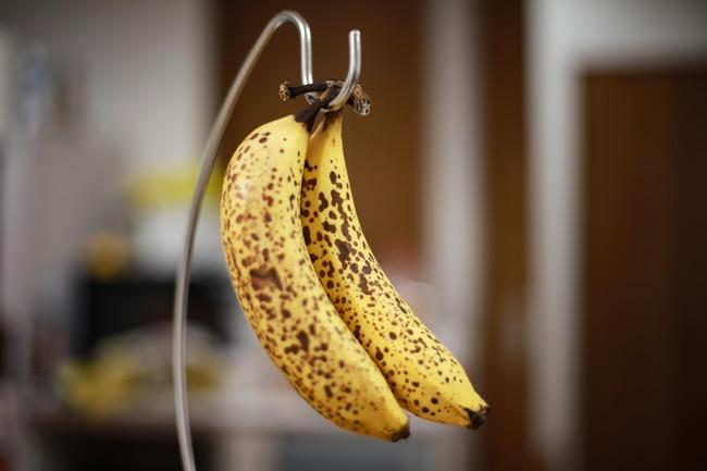 バナナスタンドと2本のバナナ