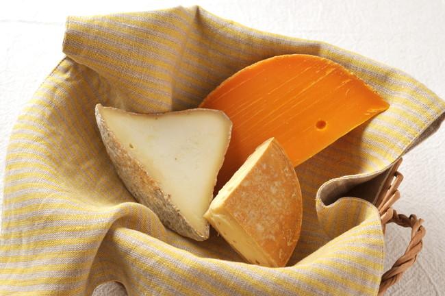 バスケットの中の3種のチーズ