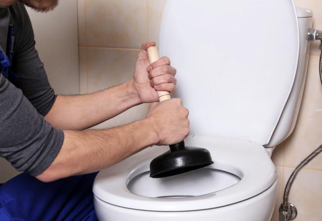 トイレの詰まりを直そうとしているところ