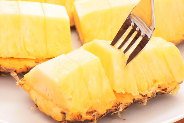 食べやすくカットされたパイナップルにフォーク