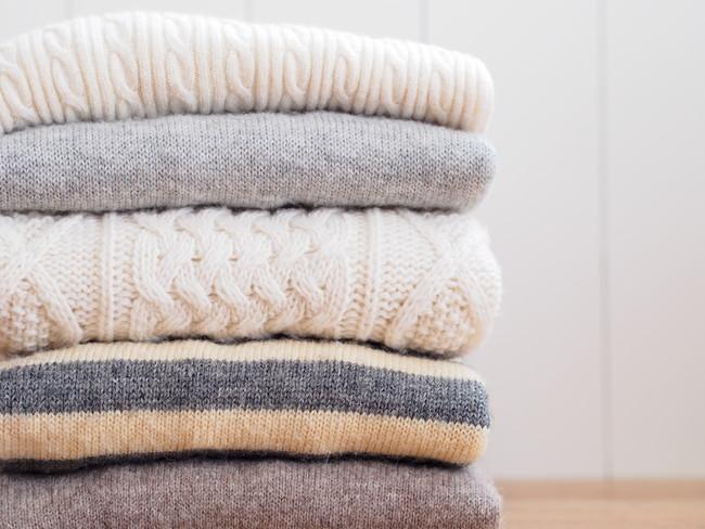 畳んで積み重ねたセーター
