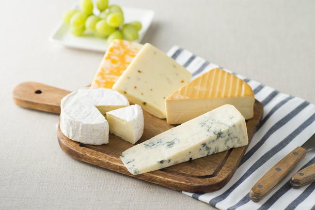 カッティングボードの上にあるチーズの盛り合わせ