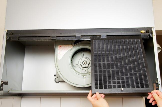 キッチン換気扇のカバーを外して掃除をしているところ