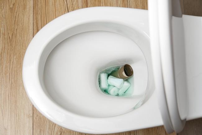 便器の中にゴミが詰まっている洋式トイレ