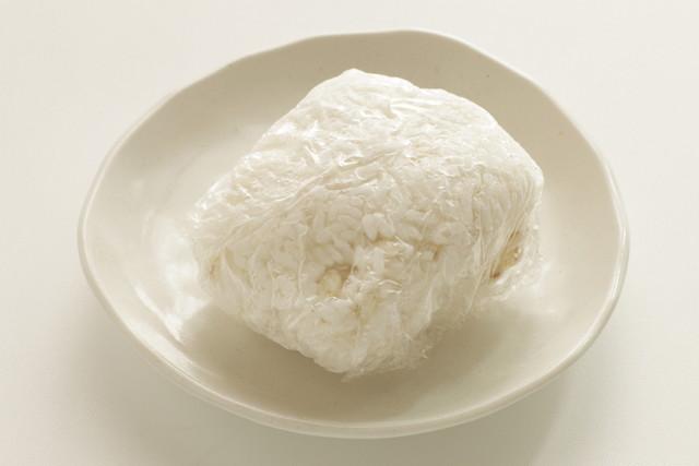 白い丸い皿、ラップに包んだごはん