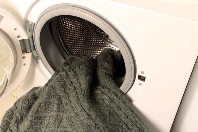 洗濯機から取り出したセーター