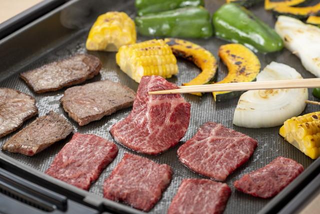 肉を焼く様子、カボチャ・たまねぎ・コーン・ピーマン