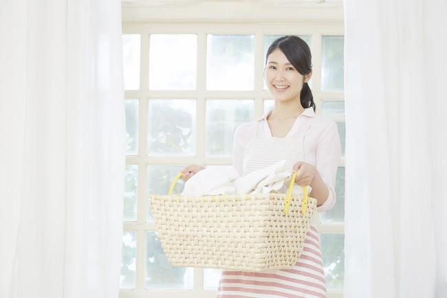 洗濯カゴを持っている女性