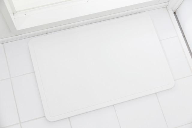 白いタイルの上、白い珪藻土のバスマット