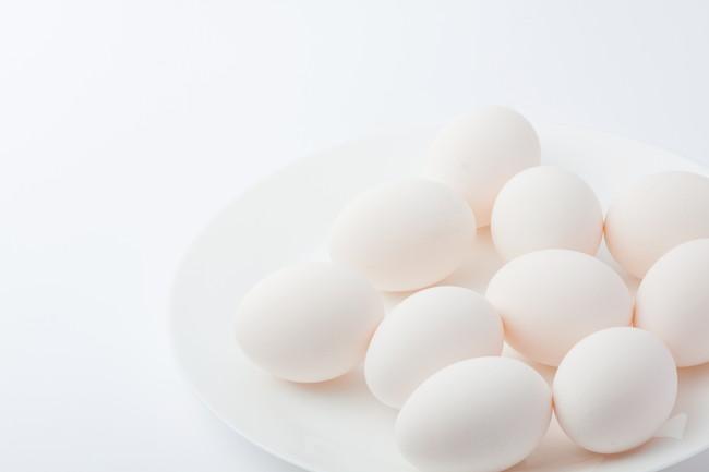お皿の上の複数の卵