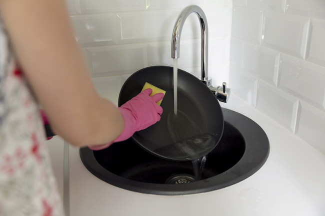 シンクで洗い物をしているところ