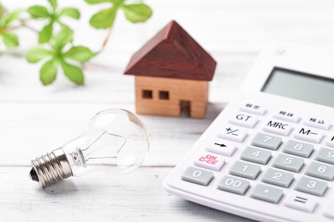 電卓と電球で家庭の電気代のイメージ