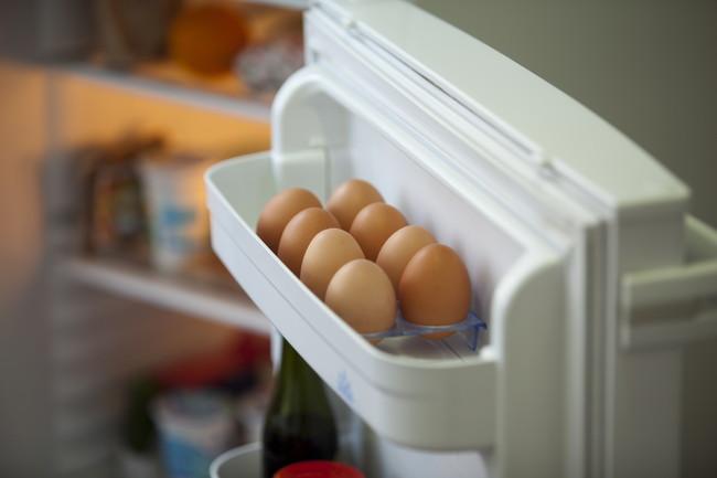 冷蔵庫のドアポケットの生卵