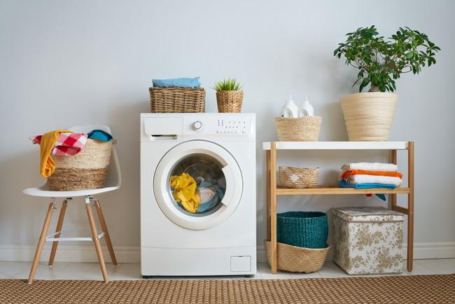 洗濯物が入ったままの洗濯機と洗濯かご