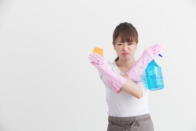 腕でバツを作る女性