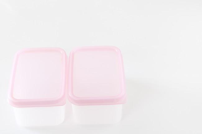 ピンクのふたのタッパー
