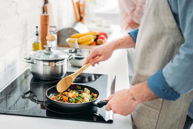 野菜炒めを作る様子