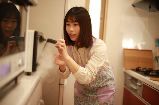 オーブンが故障して慌てる女性