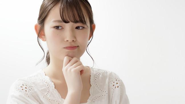 考え事をする若い女性