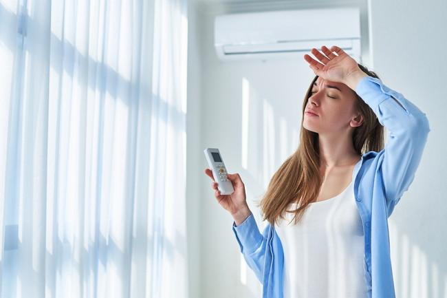 エアコンが効かず困る女性