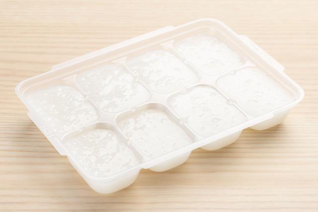 製氷皿に入れてある豆乳イメージ