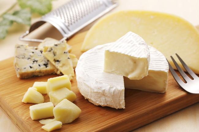 カッティングボードの上のチーズの盛り合わせ