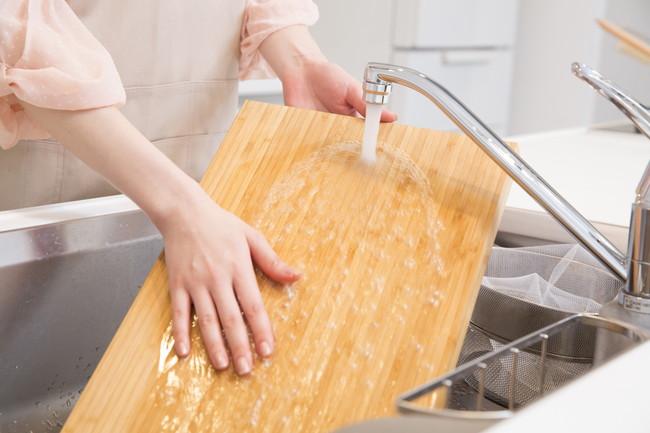 シンクでまな板を洗っているところ